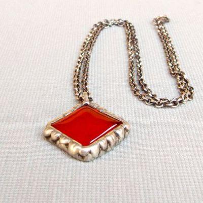 náhrdelník s červeným přívěskem