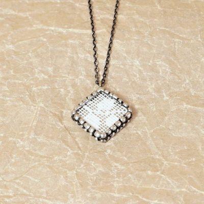 Netradiční náhrdelník s cínovaným přívěskem