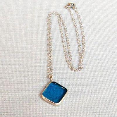 cínovaný náhrdelník se skleněným přívěskem