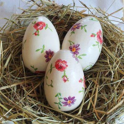Dřevěná velikonoční vajíčka.
