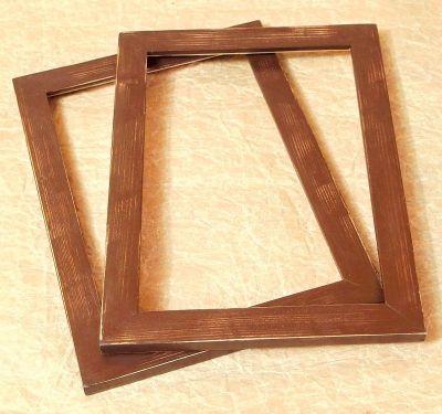 hnědý dřevěný rámeček s patinou
