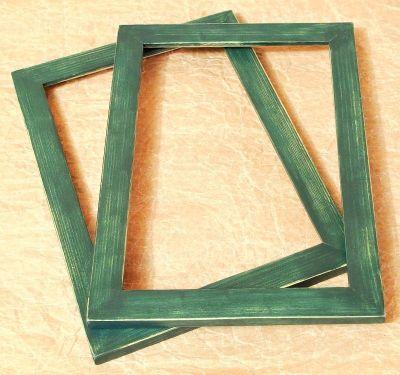 zelený dřevěný rámeček s patinou