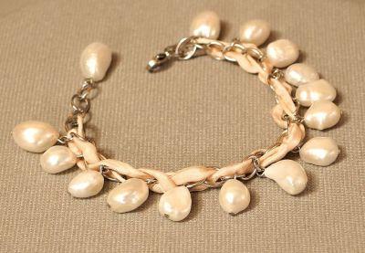náramek s bílými perlami
