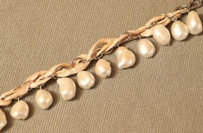 náramek s bílými perlamináramek s bílými perlami