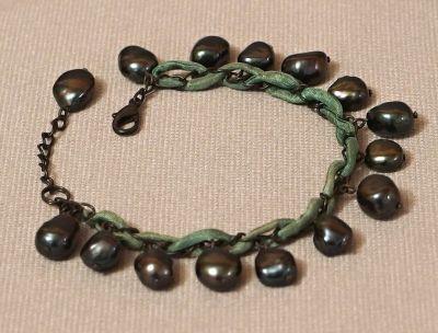 náramek s černými perlami