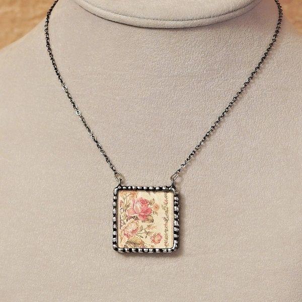 cínovaný náhrdelník starodávné květiny