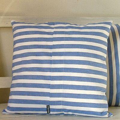 modrobílý pruhovaný polštář